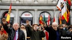 Прихильники Франко віддають фашистське привітання на вшануванні річниці його смерті 2018 р.