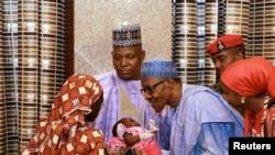 El presidente Muhammadu Buhari se reunió con la joven rescatada y su hijo, e insistió en que ella debe regresar a la escuela.