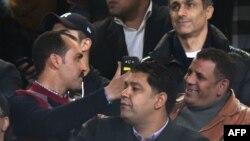 Alaa (centre à gauche) et Gamal Mubarak (à sa droite), fils de l'ancien président égyptien Hosni Moubarak, lors d'un match international amical opposant l'Egypte et la Tunisie au stade international du Caire, 8 janvier 2017.