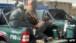 Cảnh sát Afghanistan bị thương được chở ra khỏi hiện trường một vụ đánh bom tự sát ở Lashkar Gah trong tỉnh Helmand, ngày 27/9/2011