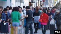 """在東京繁華鬧市銀座,現在每天到處都是拖著皮箱""""爆買""""的中國遊客"""