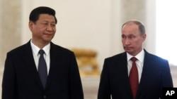 ທ່ານ Xi Jinping (ຊ້າຍ) ປະທານປະເທດຈີນຄົນໃໝ່ ກັບທ່ານ Vladimir Putin ປະທານາທິບໍດີຣັດເຊຍ