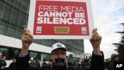 """Učesnik demonstracija nosi natpis na kome piše: Sloboda medija ne može da bude ugušena"""", Istanbul 5. mart 2016."""