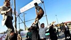 Un grupo de hombres evitan una ejecución en Mashad, en el norte de Irán, después de que la familia de la víctima perdonara al condenado, en mayo de 2013.