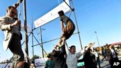 2013年5月8日在伊朗东北部一名获得他谋杀死亡警察的家人赦免死罪之后,一些人赶紧营救阻止执行绞刑。