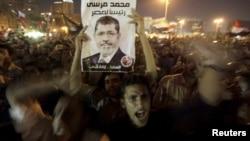 Người ủng hộ Tổng thống Morsi ăn mừng quyết định sa thải bộ trưởng quốc phòng của ông Morsi tại Quảng trường Tahrir, ngày 13/8/2012