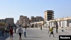 Warga sedang berjalan di jalanan di Deir el Zor, Suriah, 11 September 2017. (Foto: dok)