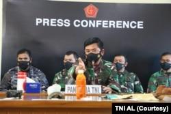 Panglima TNI Marsekal Hadi Tjahjanto menunjukkan beberapa temuan yang diduga berasal dari KRI Nanggala 402, tetapi menggarisbawahi bahwa operasi pencarian akan tetap dilanjutkan. (Foto: Courtesy/TNI AL)