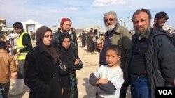 Ammar Hazzin (ketiga dari kiri) mengatakan, keluarganya menunda mengungsi dari Mosul Baru karena takut dieksekusi oleh militan ISIS (foto: dok).