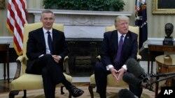 Generalni sekretar NATO-a Jens Stoltenberg i predsednik SAD Donald Tramp u Beloj kući
