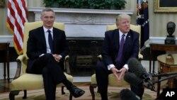 AQSh Prezidenti Donald Tramp (o'ngda) NATO Bosh kotibi Yens Stoltenberg bilan Oq uyda, 12-aprel, 2017-yil, Vashington, AQSh.
