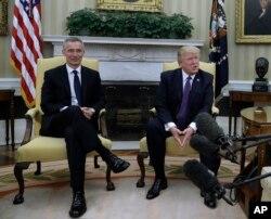 ປະທານາຮທິບໍດີສະຫະລັດ Donald Trump (ຂວາ) ພົບກັບເລຂາທິການໃຫຍ່ອົງການເນໂຕ ທ່ານ Jens Stoltenberg ໃນຫ້ອງການ Oval Office ທີ່ທຳນຽບຂາວ ໃນວໍຊີງຕັນ, 12 ເມສາ, 2017.