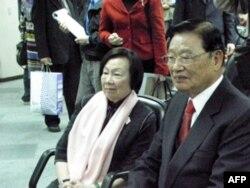 海基会董事长江丙坤 (右),与辜严倬云女士观看两岸协商纪录片