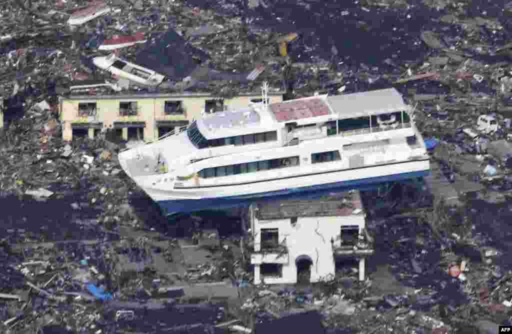 Город Отсучи. Паром на крыше жилого дома – последствие трагедии. 13 марта 2011 год
