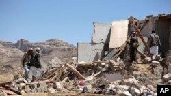 Des habitants contemplent les décombres d'une maison détruite par un raid aérien mené par la coalition dirigée par l'Arabie saoudite dans une banlieue de Sana'a, au Yémen, le 16 février 2017.