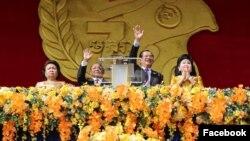លោកស្រី សៅ ទី លោក ហេង សំរិន លោកនាយករដ្ឋមន្ត្រី ហ៊ុន សែន និងលោកស្រី ប៊ុន រានី ចូលរួមក្នុងពិធីអបអរសាទរថ្ងៃជ័យជម្នះ ៧មករា លើកទី៤០ឆ្នាំ នៅពហុកីឡដ្ឋានជាតិអូឡាំពិក។ (រូបថតពីទំព័រហ្វេសប៊ុក Samdech Hun Sen, Cambodian Prime Minister)