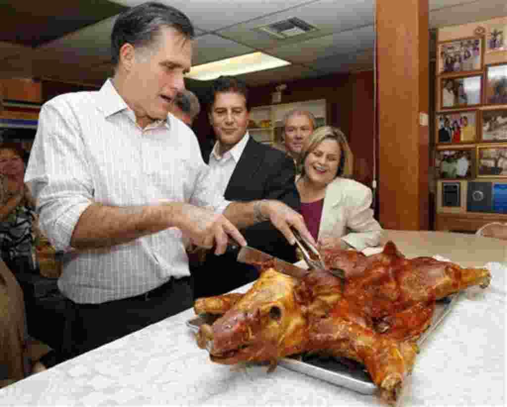 Mitt Romney, quien según las encuestas de opinión marcha a la cabeza de las preferencias en Florida, corta un cerdo en el restaurante Casa Marín, en Hialeah, Florida.