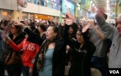 Para fans bersorak bagi kemenangan New York Knicks yang dimotori Jeremy Lin.