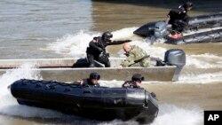 세르비아 특수부대원들이 28일 보스니아 내 세르비아계 지방 정부들과 접경지역에서 합동 대테러 훈련을 펼치고 있다.
