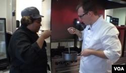 '식당 밖의 요리사들' 설립자 크리스 스피어스 씨가 회원 요리사와 요리를 하고 있다.
