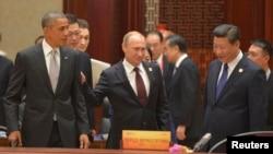 11일 중국 베이징에서 열리고 있는 APEC 정상회의에서 바락 오바마 미국 대통령(왼쪽), 블라디미르 푸틴 러시아 대통령(가운데), 시진핑 중국 국가주석이 나란히 서 있다.