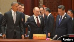 Presiden AS Barack Obama (kiri), Presiden Rusia Vladimir Putin dan Presiden China Xi Jinping pada sesi KTT APEC di Beijing, Selasa (11/11).