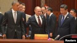 Президент США Барак Обама, президент России Владмир Путин и председатель КНР Си Цзиньпин на пленарном заседании саммита АТЭС в Пекине. 11 ноября 2014 г.