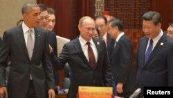 (ແຕ່ຊ້າຍຫາຂວາ) ທ່ານ Obama, ທ່ານ Putin ແລະທ່ານ Xi Jinping ໃນກອງປະຊຸມ APEC 11 ພະຈິກ 2014.