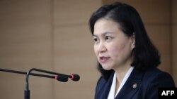 유명희 한국 산업통상자원부 교섭본부장이 11일 한국정부서울청사 브리핑실에서 기자회견을 열고 반도체 등 핵심 소재 3개 품목에 한국 수츌규제 조치를 세계무역기구(WTO)에 제소한다고 발표했다.