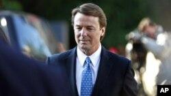 El ex senador John Edwards llega a la corte de Greensboro, Carolina del Norte, donde enfrenterá un juicio por manejo de fondos políticos.