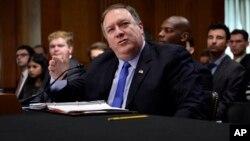마이크 폼페오 미국 국무장관이 25일 상원 외교위 청문회에서 증언하고 있다.