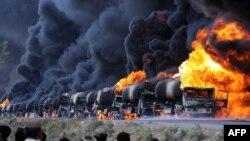 파키스탄과 아프간 국경 인근 마을에서 연료 보급품을 실은 나토 유조 트럭를 피습한 이슬람 무장 과격단체 하카니