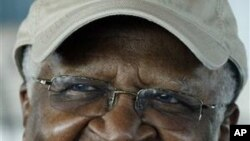 Nobel peace prize laureate South African Archbishop Desmond Tutu smiles during a press conference (File Photo)