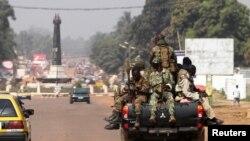 Des soldats de la RCA en patrouille à Bangui, le 1er jan. 2013