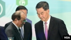 特首梁振英(右)与教育局长吴克俭(苹果日报)