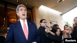 Menlu AS John Kerry memberikan keterangan kepada media setibanya di Jenewa (8/11).