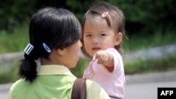 Hai mẹ con người Bắc Triều Tiên tại cơ sở tạm trú Hanawon. Hơn 20.000 người đã tới Nam Triều Tiên kể từ khi cuộc chiến Triều Tiên kết thúc năm 1953