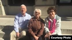 南希.伦德 (中)与提出诉讼的另外两名原告在第四巡回上诉法院外(ACLU of North Carolina)