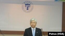 Rektor Dong Eui Universiti, Busan memberikan keterangan terkait kerjasama pendidikan dengan Pemerintah Kota Surabaya, Kamis 24 September 2015 (Foto: VOA/Petrus).