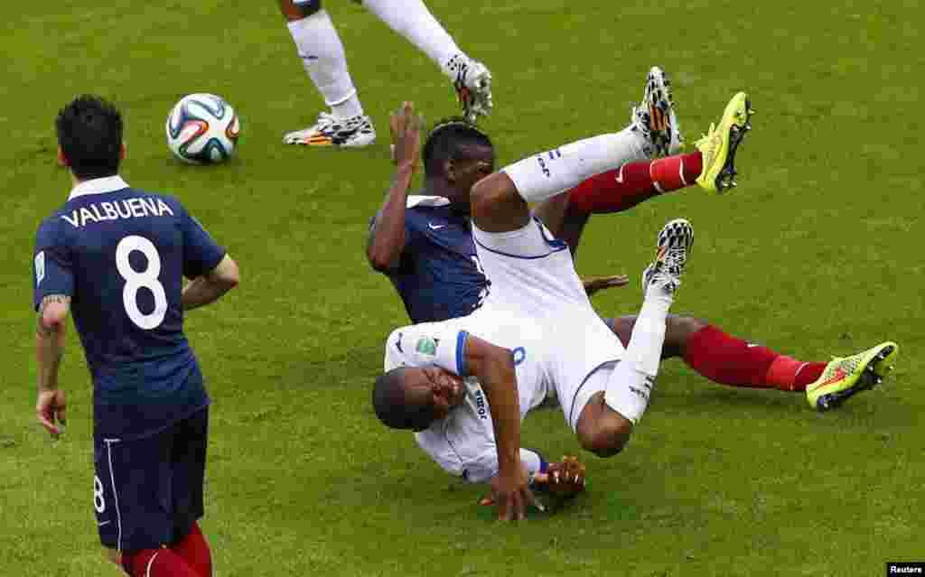 فرانس اور ہونڈوراس کے کھلاڑی فٹ بال کے میدان میں گھتم گتھا