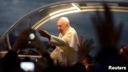 El papa Francisco saluda a los jóvenes en Copacabana, Rio de Janeiro.
