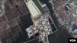 남포 일대를 촬영한 '국립우주연구원(CNES)'과 '에어버스'의 지난달 14일 위성사진. 남쪽에 새로운 유류저장 탱크가 들어서고, 북쪽에도 유류저장 탱크를 만드는 정황이 포착됐다. (사진출처=CNES/Airbus, Google Earth)