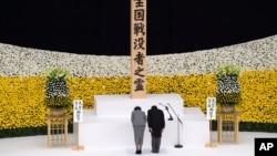 ဒုတိယကမာၻစစ္အဆံုးသတ္တဲ့ (၇၅)ႏွစ္ျပည့္ အထိမ္းအမွတ္ အခမ္းအနားမွာ ဂ်ပန္ဧကရာဇ္ Naruhito နဲ႔ မိဖုရား Masako တက္ေရာက္ ဦးညႊတ္ဂါရဝျပဳ။ ( ၾသဂုတ္ ၁၅-၂၀၂၀)