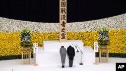Japanski car Naruhito i carica Masako klanjaju se na memorijalnoj službi u Tokiju kojom je obeležena 75. godišjica predaje Japana u Drugom svetskom ratu (Foto: Carl Court/Pool Photo via AP)