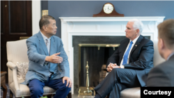 美国副总统彭斯2019年7月在白宫会见黎智英(照片源自副总统彭斯推特账号)
