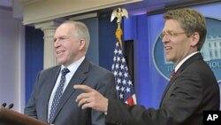 Msemaji wa White House Jay Carney, akimjulisha John Brennan, mshauri mkuu wa vita dhidi ya ugaidi wa rais Barack Obama.