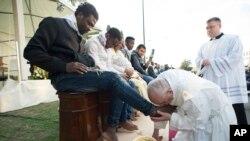 24일 프란치스코 로마 가톨릭 교황이 이탈리아 수도 로마 근교의 난민수용소를 방문해 세족식을 거행하고 있다.