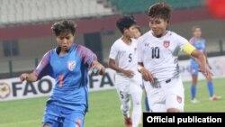 Hero Gold Cup 2019 ပဲြစဥ္အတြင္း အိႏၵိယနဲ႔ ျမန္မာ အမ်ဳိးသမီးေဘာလံုးအသင္းႏွစ္သင္း အႀကိတ္အနယ္ယွဥ္ၿပိဳင္ေနစဥ္ (ဓါတ္ပံု- Myanmar Sport Info)