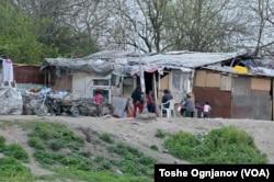 Roma kids in North Macedonia. (VOA Photo/Toshe Ognjanov)