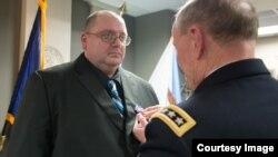 마틴 뎀프시 미국 합참의장이 지난 28일 전 주한미군 병사인 마크 드벨 씨에게 은성무공훈장을 수여하고 있다.